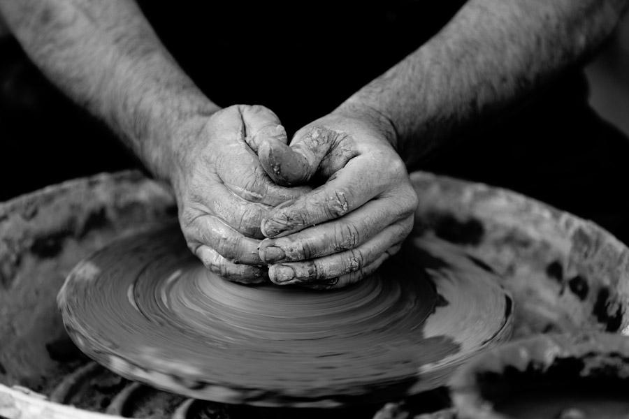フリー写真 ろくろを回す陶芸家の手