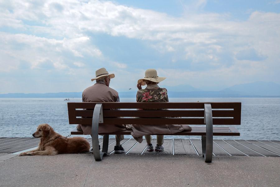フリー写真 ベンチに座る老夫婦とペットの犬