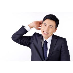 フリー写真, 人物, 男性, アジア人男性, 男性(00016), 日本人, ビジネス, ビジネスマン, サラリーマン, メンズスーツ, 職業, 仕事, 白背景, 照れる, 頭を掻く