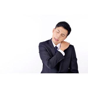フリー写真, 人物, 男性, アジア人男性, 男性(00016), 日本人, ビジネス, ビジネスマン, サラリーマン, メンズスーツ, 職業, 仕事, 白背景, 肩こり, 痛い, 疲れる
