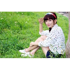 フリー写真, 人物, 女性, アジア人女性, 可艾(00184), 中国人, 座る(地面), 草むら, バンダナ, 敬礼, 手をかざす