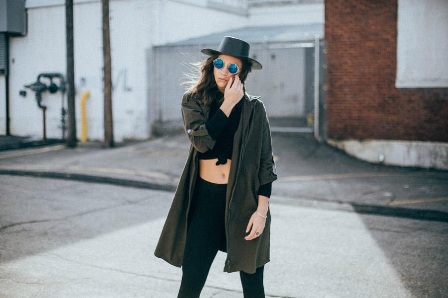 フリー写真 帽子とサングラス姿の外国人女性