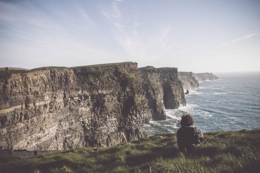 フリー写真 アイスランドの海岸風景を眺める人物の後ろ姿