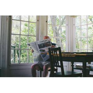 フリー写真, 人物, 老人, 祖父(おじいさん), シニア男性, 新聞, 読む(読書), 座る(椅子)