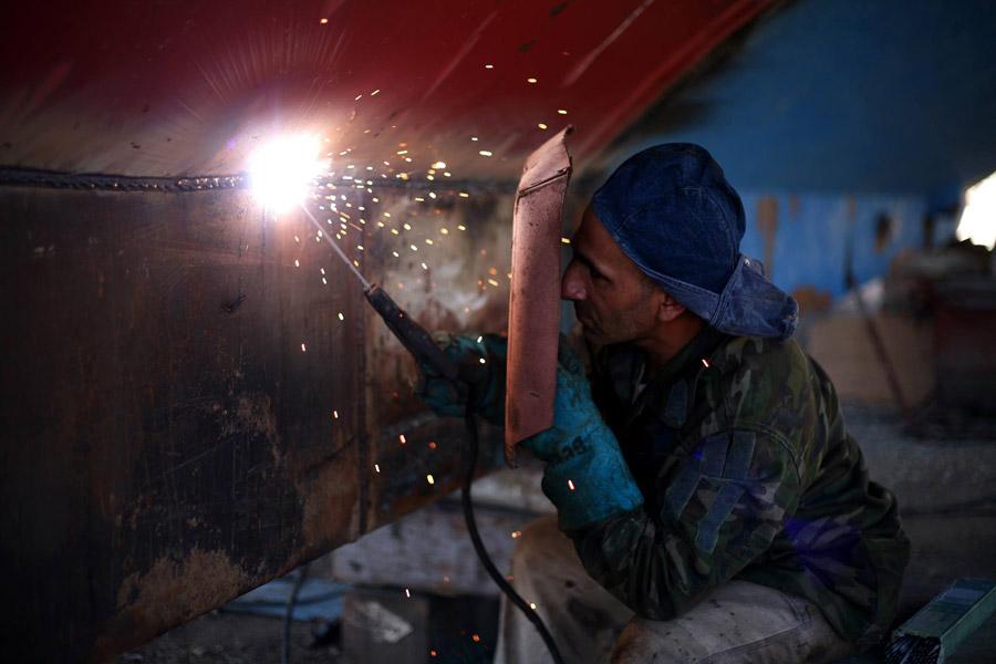 フリー写真 仕事中の溶接工員