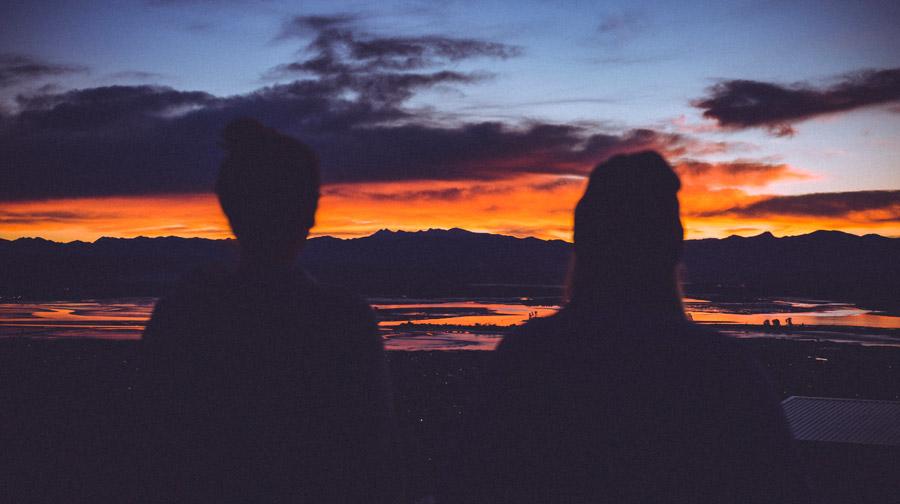 フリー写真 夕陽を眺める二人の人物の後ろ姿