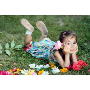 フリー写真, 人物, 子供, 女の子, 外国の女の子, ルーマニア人, 腹這い, 人と花, フェイスペイント, 頬杖をつく