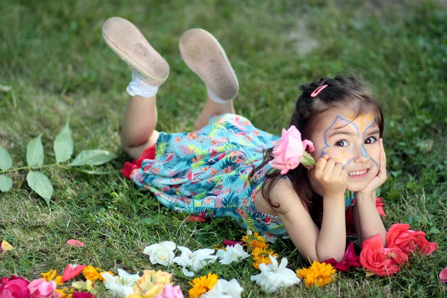 フリー写真 花と腹這い姿の外国の女の子