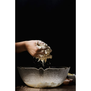 フリー写真, 人体, 手, 調理, 黒背景, パン, パン作り