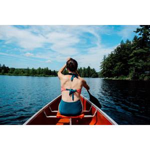 フリー写真, 人物, 女性, 外国人女性, 後ろ姿, 人と乗り物, 乗り物, 船, カヌー(カヤック), 湖, 水着