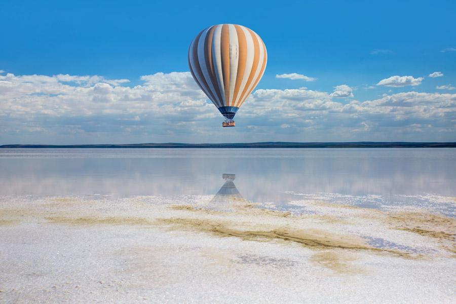 フリー写真 トゥズ湖の上を浮かぶ熱気球