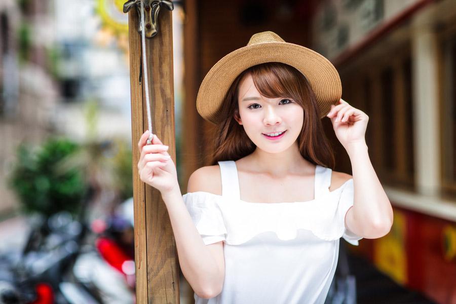 フリー写真 麦わら帽子を被る女性のポートレイト