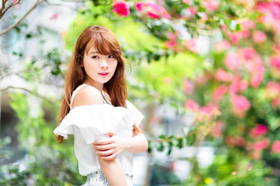 フリー写真 木花と女性のポートレイト