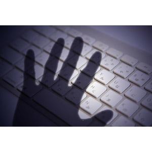 フリー写真, 人体, 手, 影, キーボード(PC), パソコンの周辺機器, サイバー犯罪, インターネット