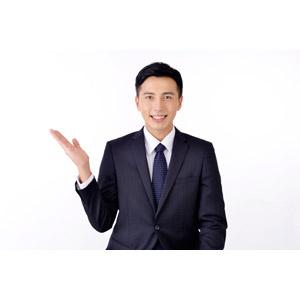フリー写真, 人物, 男性, アジア人男性, 日本人, 男性(00016), 職業, 仕事, ビジネス, ビジネスマン, サラリーマン, メンズスーツ, 白背景, 案内する