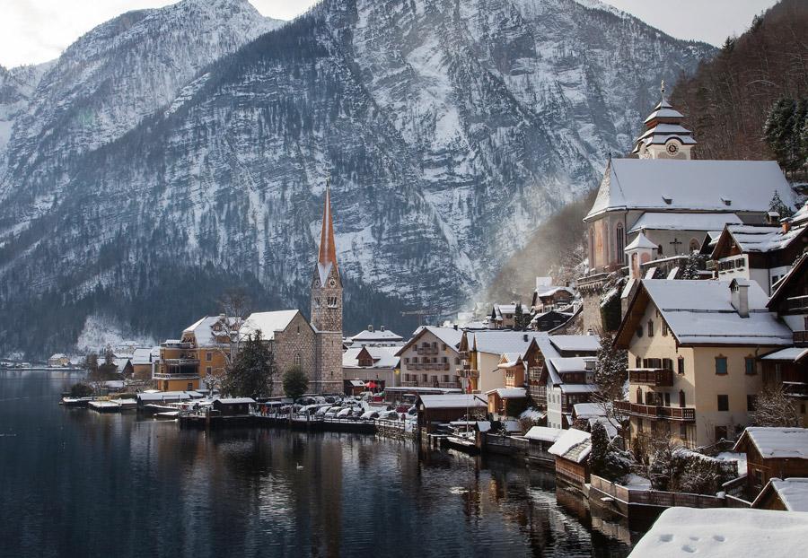 フリー写真 雪の残るハルシュタットの町の風景