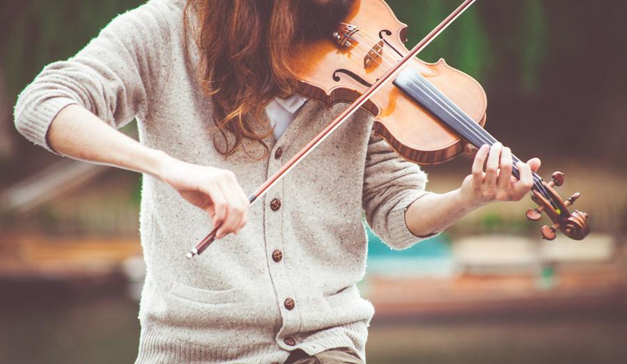 フリー写真 ヴァイオリンを弾く人物