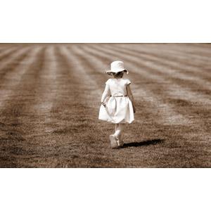 フリー写真, 人物, 子供, 女の子, 外国の女の子, 後ろ姿, 帽子, セピア色