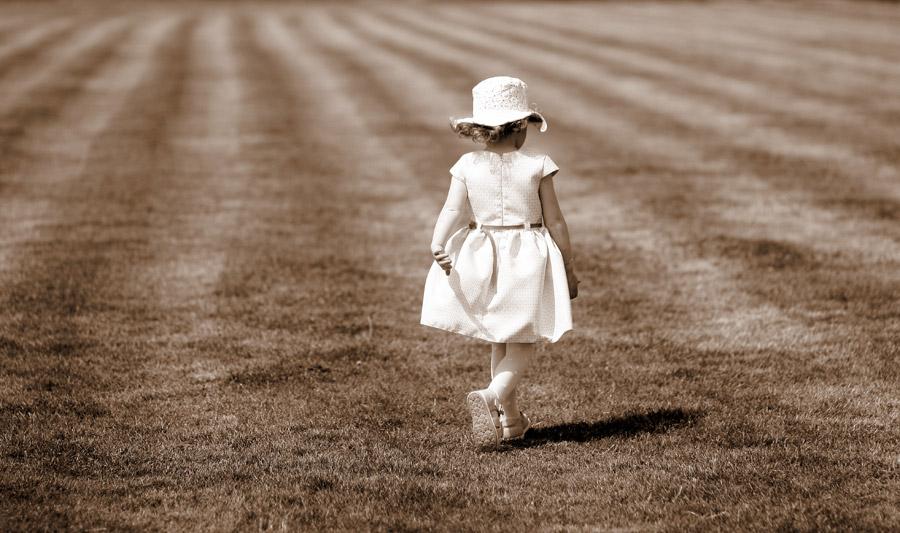 フリー写真 芝生の上を歩く女の子の後ろ姿