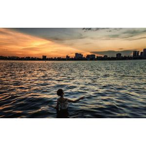 フリー写真, 人物, 女性, アジア人女性, ショートヘア, 人と風景, 海, 街並み(町並み), 夕暮れ(夕方), 夕焼け, 海水浴