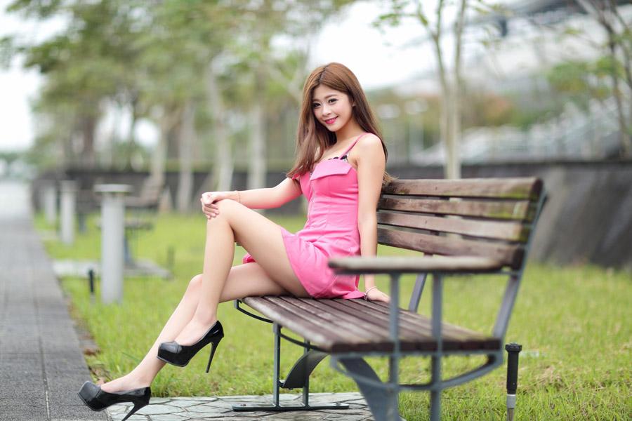 フリー写真 ベンチに座る女性のポートレイト