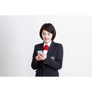 フリー写真, 人物, 少女, アジアの少女, 少女(00212), 日本人, 学生(生徒), 学生服, 高校生, ブレザー制服, ショートヘア, 白背景, スマートフォン(スマホ)