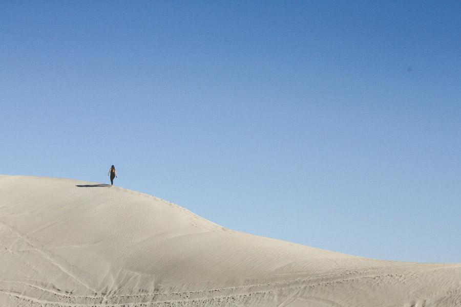 フリー写真 砂丘を登る女性