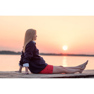 フリー写真, 人物, 女性, 外国人女性, 金髪(ブロンド), 座る(地面), 人と風景, 夕暮れ(夕方), 夕焼け, 夕日, 桟橋, アメリカ人