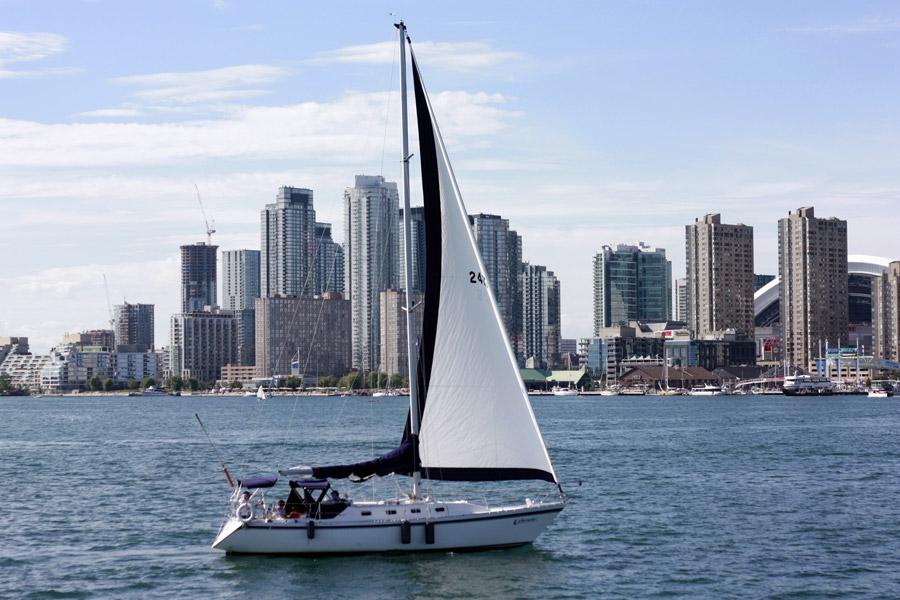 フリー写真 海に浮かぶヨットとトロント街並み