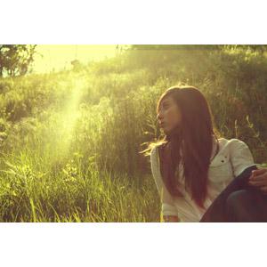 フリー写真, 人物, 女性, 外国人女性, 人と風景, 草むら, 横顔, 太陽光(日光)