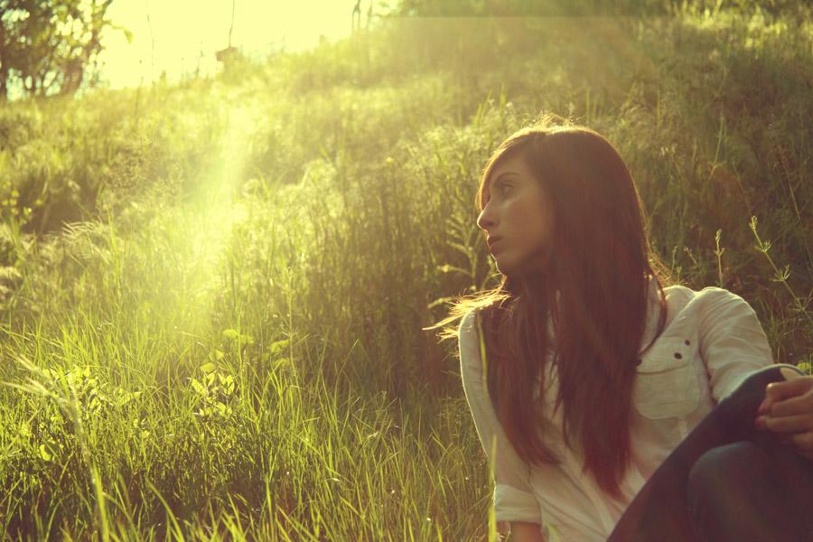 フリー写真 草むらに座る外国人女性
