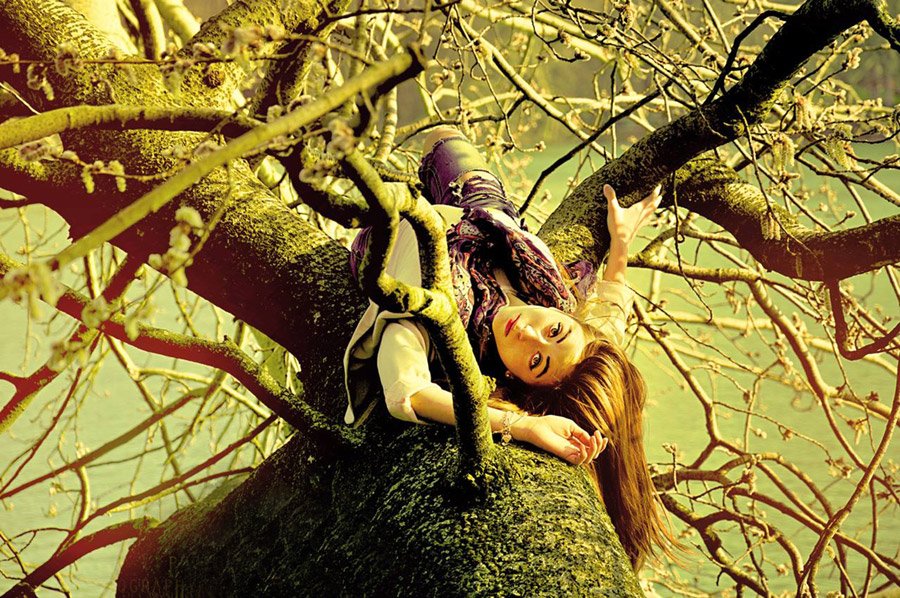 フリー写真 木の上で寝転ぶ外国人女性