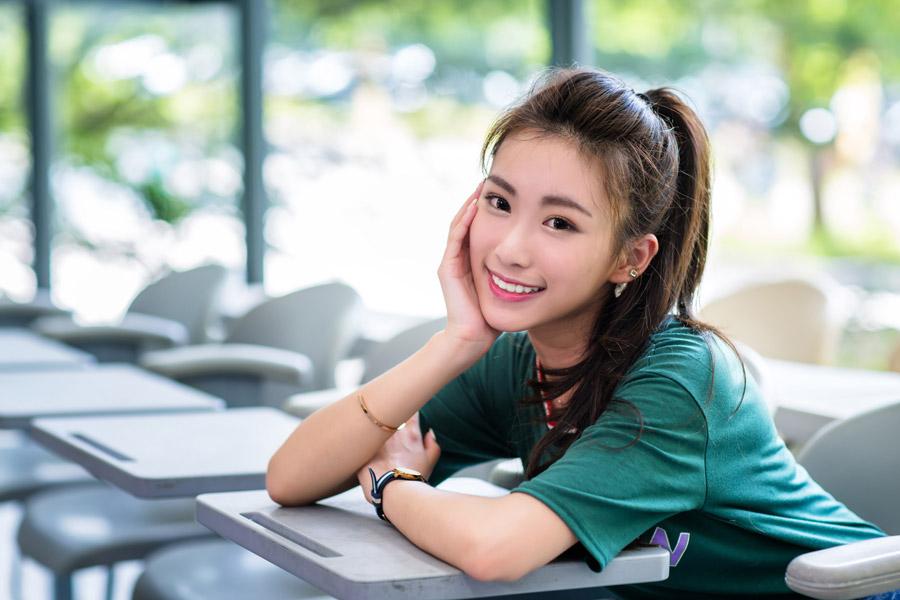 フリー写真 教室で頬杖をつく女子大学生のポートレイト