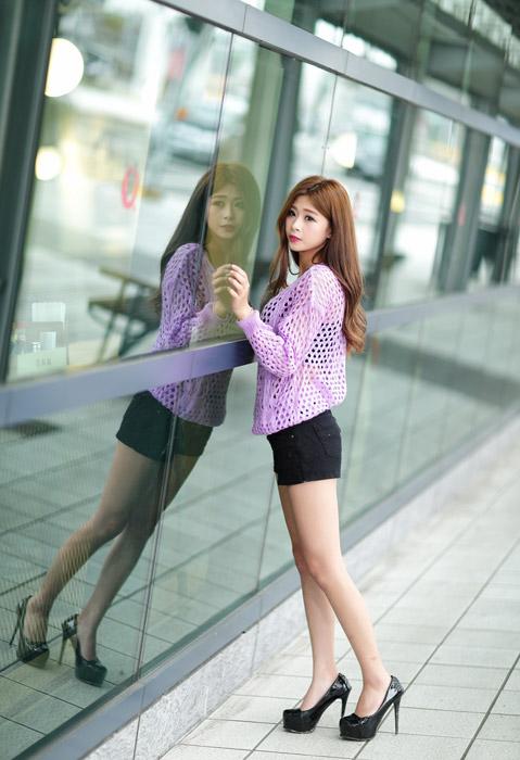 フリー写真 ガラス窓に映る女性の全身ショット