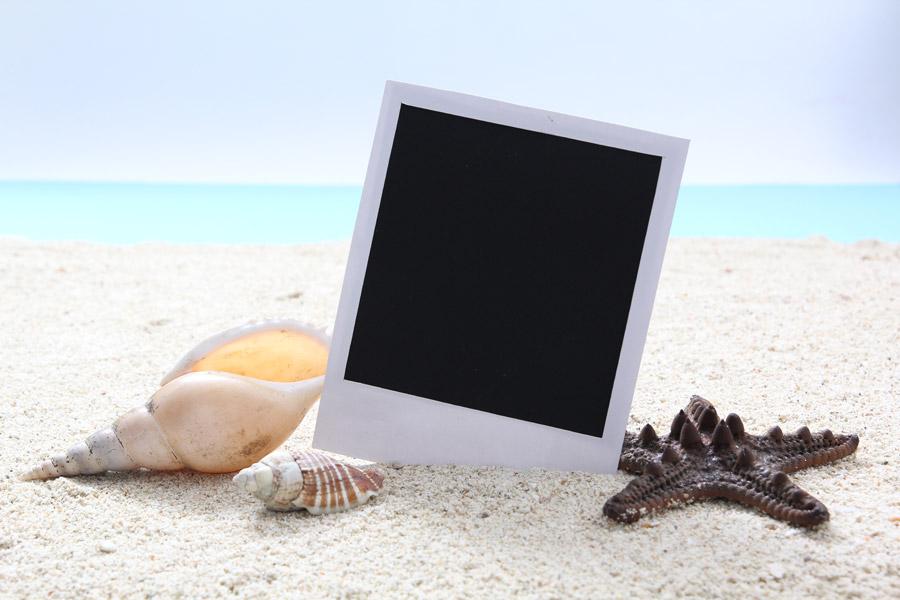 フリー写真 砂浜と貝殻とヒトデとポラロイド写真