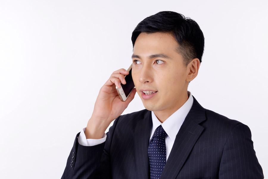 フリー写真 携帯電話で話しているサラリーマン男性