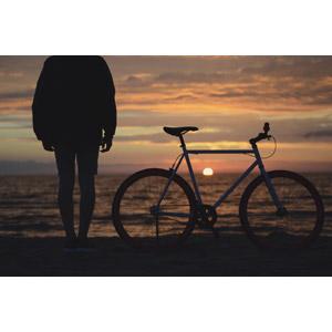 フリー写真, 人物, シルエット(人物), 人と風景, 海, 夕暮れ(夕方), 夕焼け, 夕日, 日の入り, 人と乗り物, 乗り物, 自転車, ロードバイク