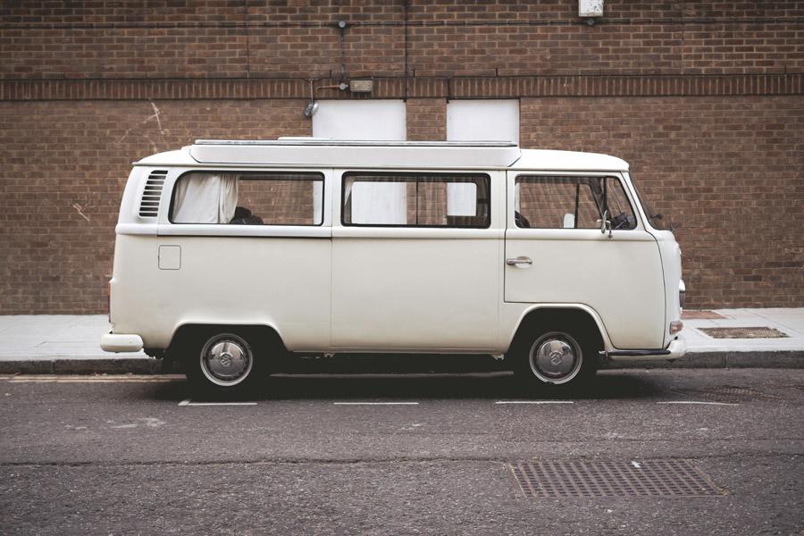 フリー写真 道の脇に停められた白色のワーゲンバス