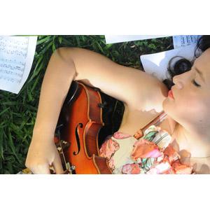 フリー写真, 人物, 女性, 外国人女性, ホンジュラス人, 音楽, 楽器, 弦楽器, バイオリン(ヴァイオリン), 楽譜, 仰向け, 寝転ぶ, 目を閉じる, 寝る(寝顔)