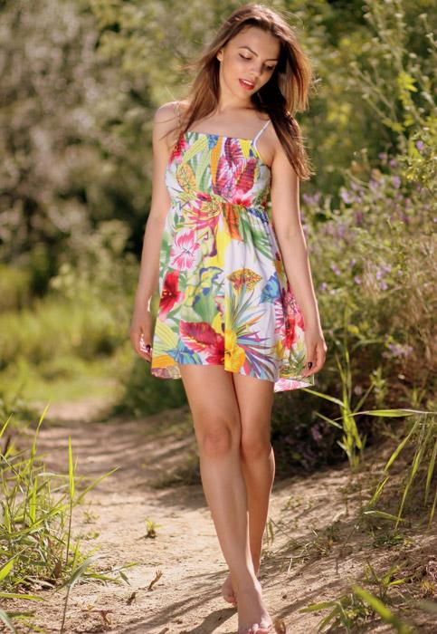 フリー写真 森の道を裸足で歩く外国人女性