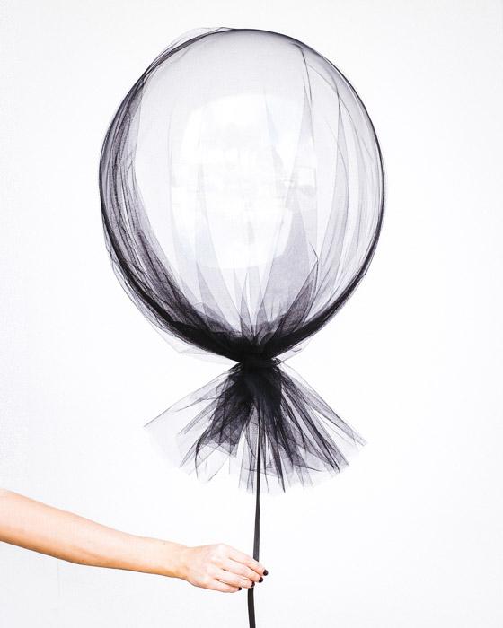 フリー写真 黒いベールでラッピングされた風船