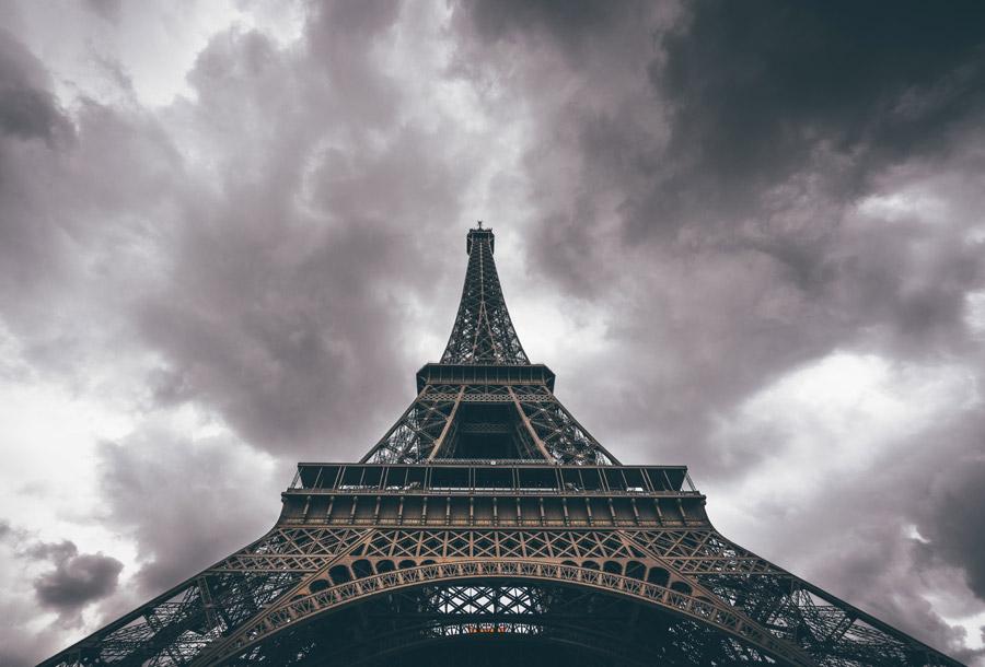 フリー写真 暗雲とエッフェル塔