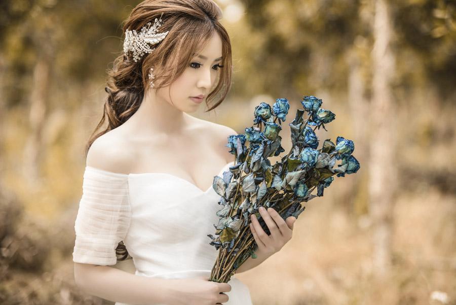 フリー写真 ドレス姿で花束を抱える女性