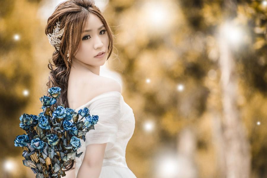フリー写真 花束と白いドレスの女性ポートレイト