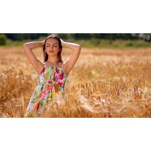 フリー写真, 人物, 女性, 外国人女性, 女性(00234), ルーマニア人, 麦(ムギ), 畑, 穀物, 目を閉じる, 頭に手を当てる