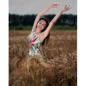 フリー写真, 人物, 女性, 外国人女性, 女性(00234), ルーマニア人, 麦(ムギ), 畑, 穀物, 目を閉じる, 手を上げる