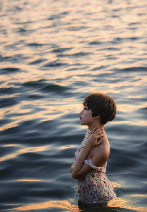 フリー写真 海に入るショートヘアの女性ポートレイト