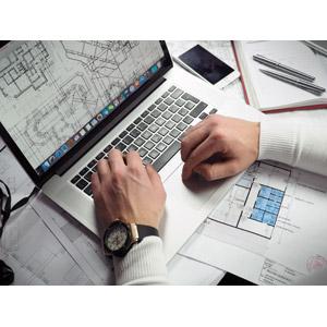 フリー写真, 人体, 手, 家電機器, パソコン(PC), ノートパソコン, デスクワーク, 仕事, 職業, 設計士, 設計図, オフィス