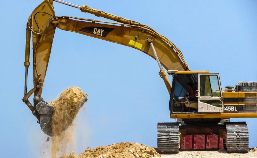 フリー写真 土を掘り起こすショベルカー