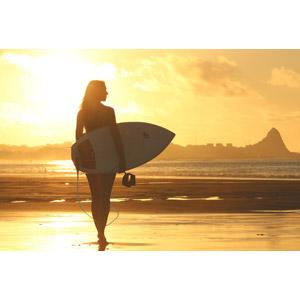 フリー写真, 人物, 女性, 外国人女性, サーファー, サーフボード, 人と風景, 夕暮れ(夕方), 夕焼け, ビーチ(砂浜)